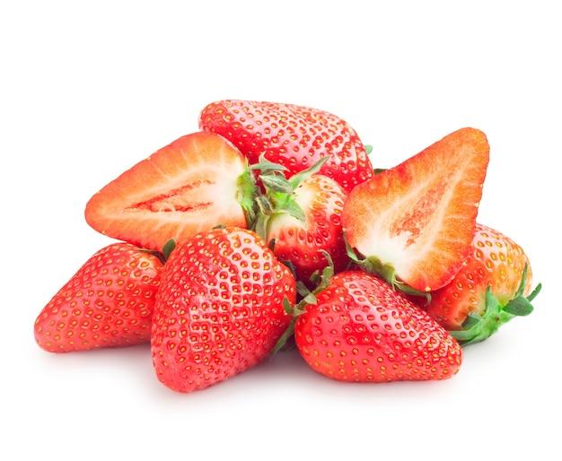 Frische reife erdbeeren auf einem weißen hintergrund