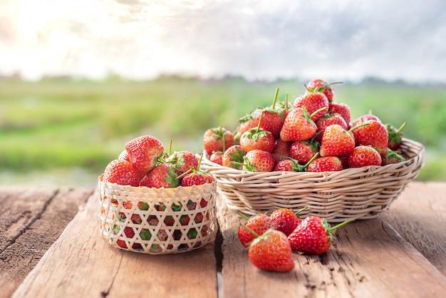 Frische reife erdbeeren im korb