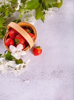 Frische reife erdbeeren in einem kleinen korb. kopieren sie platz für ihren text.