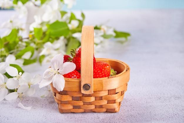 Frische reife erdbeeren in einem kleinen korb