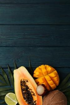 Frische reife exotische früchte auf holzhintergrund.