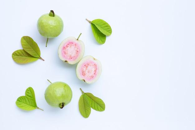 Frische reife guave und scheiben mit blättern. ansicht von oben