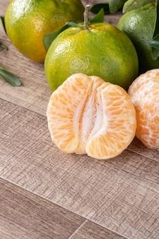 Frische reife mandarine mandarine in einer box mit frischen blättern.