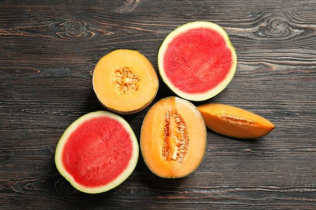 Frische reife melonen und wassermelone auf holz