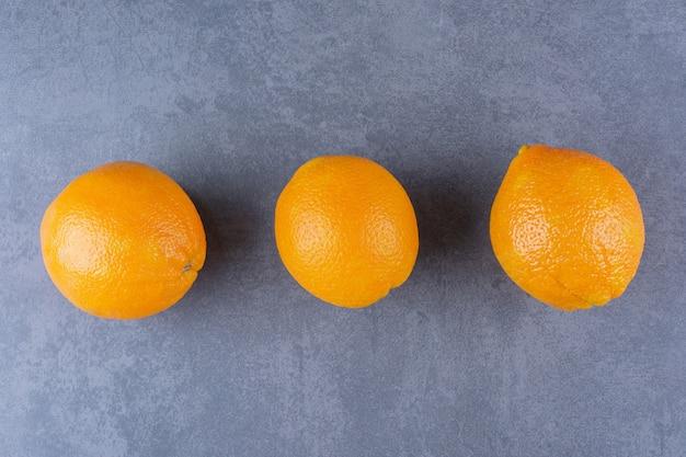 Frische reife orangen auf der dunklen oberfläche