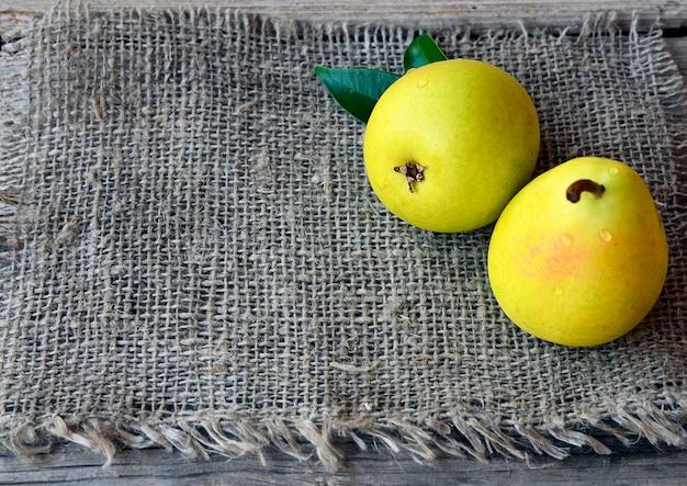 Frische reife organische birnen auf einem stoff
