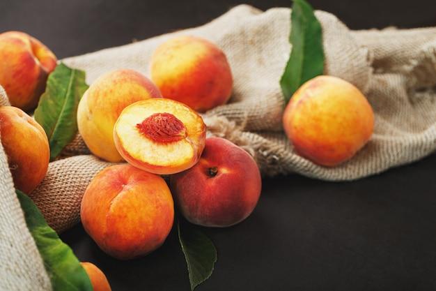 Frische reife pfirsiche auf einem leinentuch