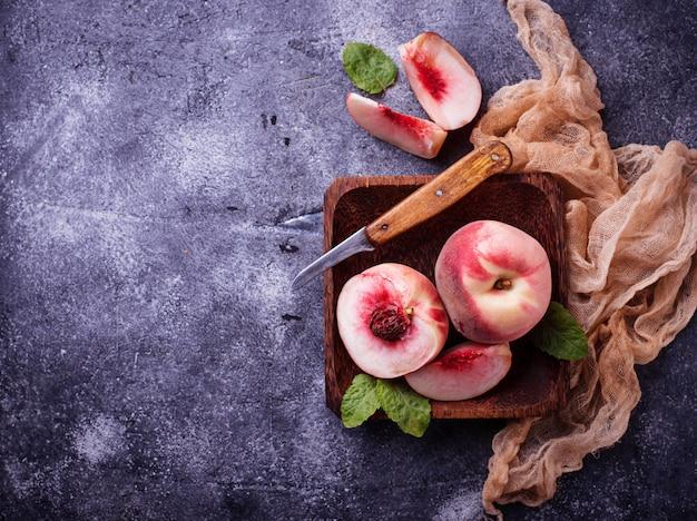 Frische reife pfirsiche auf konkretem hintergrund