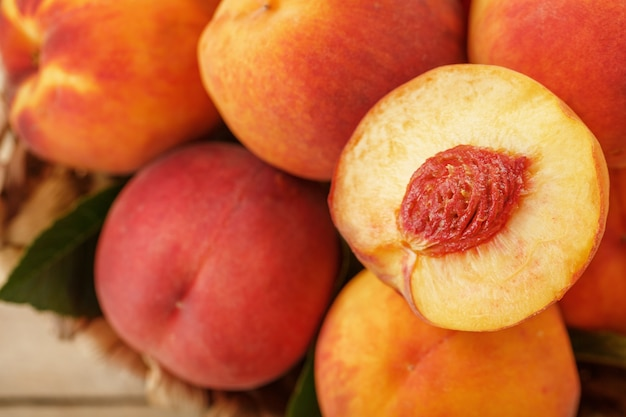 Frische reife pfirsiche schließen nah