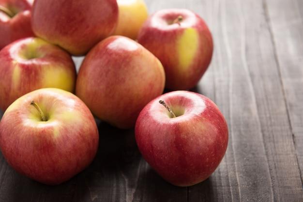 Frische reife rote äpfel auf holztisch