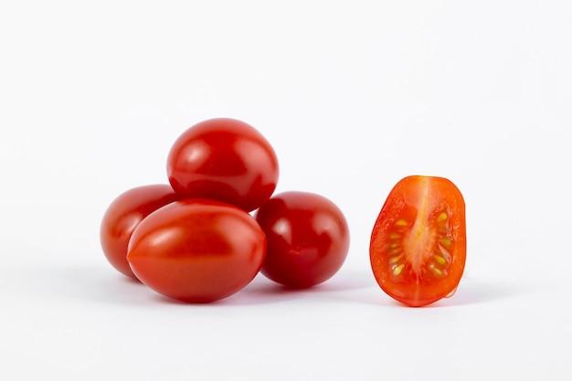 Frische reife rote tomaten lokalisiert auf weißem hintergrund