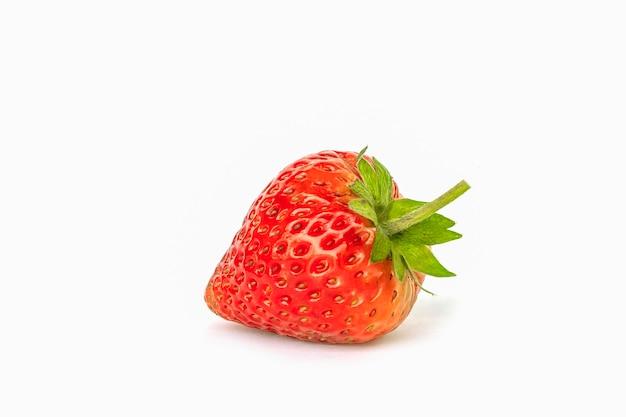 Frische reife saftige erdbeere lokalisiert auf weißem hintergrund.
