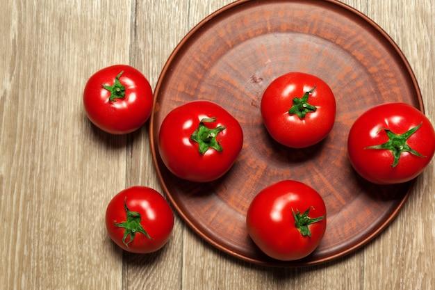 Frische reife tomaten auf einem hölzernen
