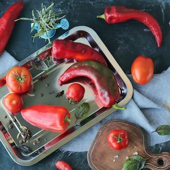 Frische reife tomaten und paprika auf dem tisch für die zubereitung gesunder hausgemachter speisen