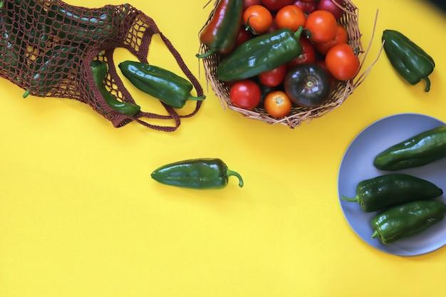 Frische reife tomaten und paprika, auf dem tisch, naturprodukte, hausmannskost