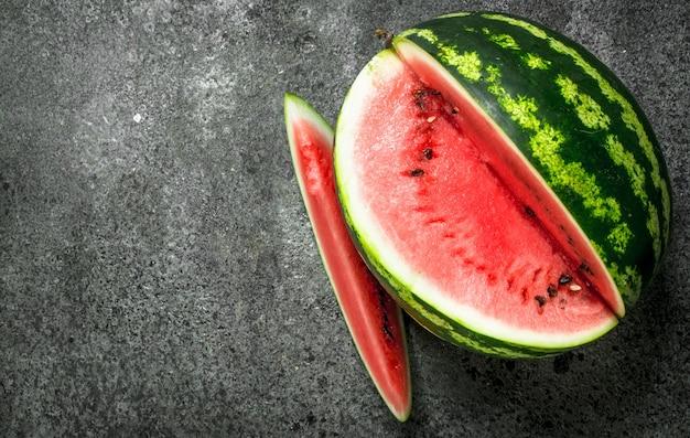 Frische reife wassermelone auf rustikalem tisch.