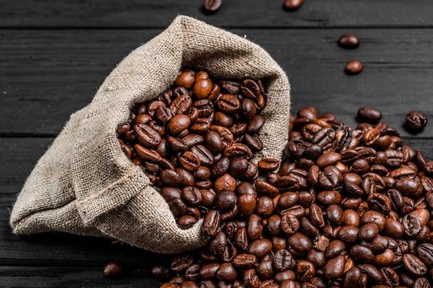 Frische röstkaffeebohnen der nahaufnahme in der tasche.