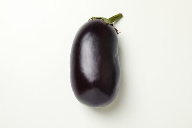 Frische rohe aubergine auf weiß, nahaufnahme