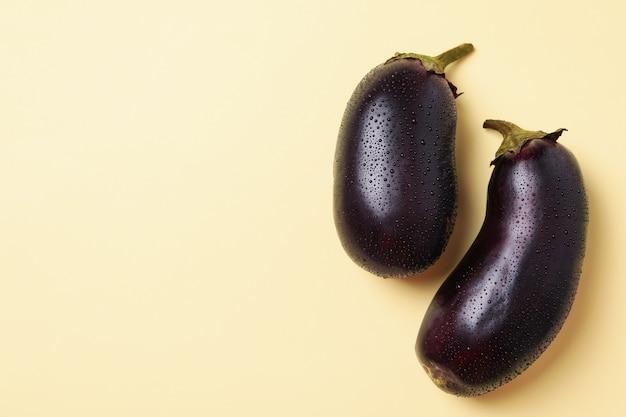 Frische rohe auberginen mit wassertropfen auf beige