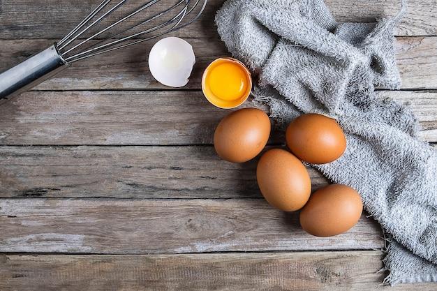 Frische rohe eier auf einem holztisch