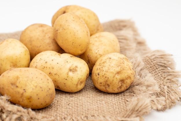 Frische rohe gelbe kartoffeln isoliert