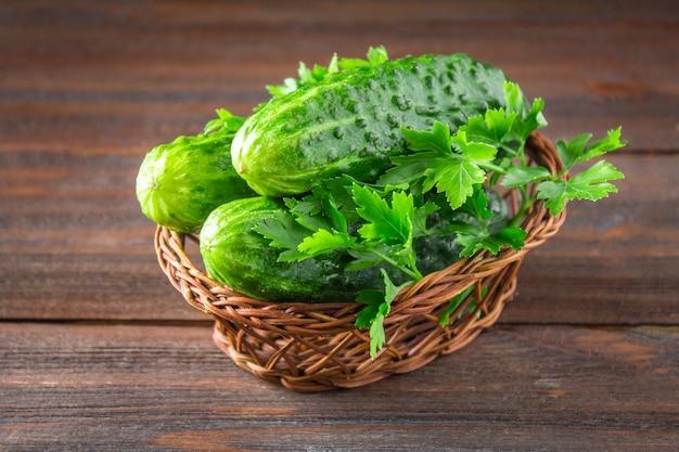 Frische rohe grüne gurken auf einem holztisch.