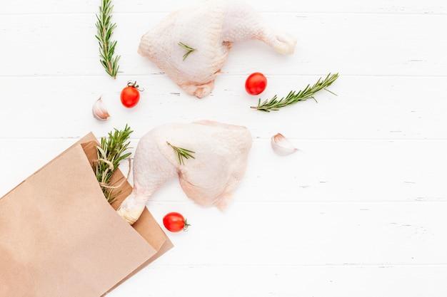 Frische rohe hühnerbeine mit kräutern. kochen