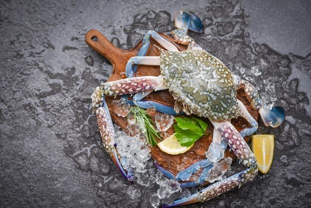 Frische rohe krabben mit zutaten