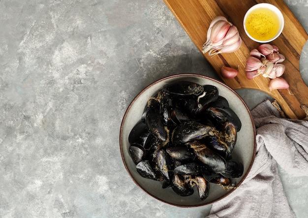 Frische rohe meeresmuscheln mit knoblauch zum kochen