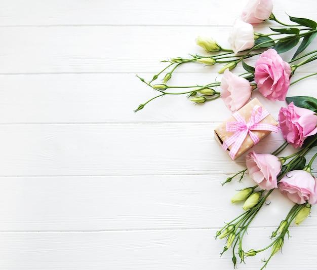 Frische rosa eustomablumen und geschenkbox