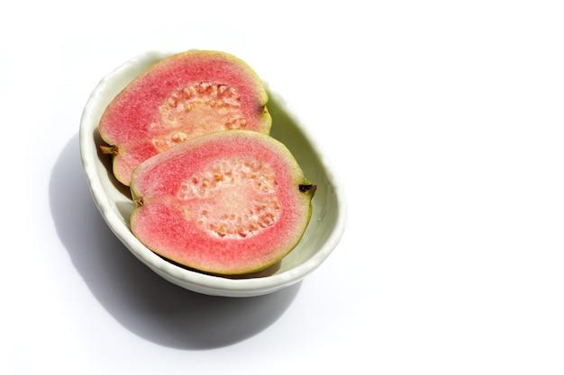 Frische rosa guave auf weißem hintergrund.
