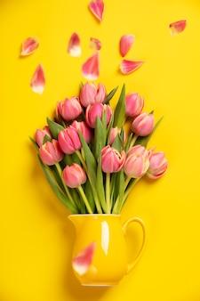 Frische rosa tulpen in einem krug, abschluss oben