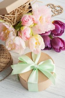 Frische rosa tulpenblumen in der geschenkkraftpapierbox