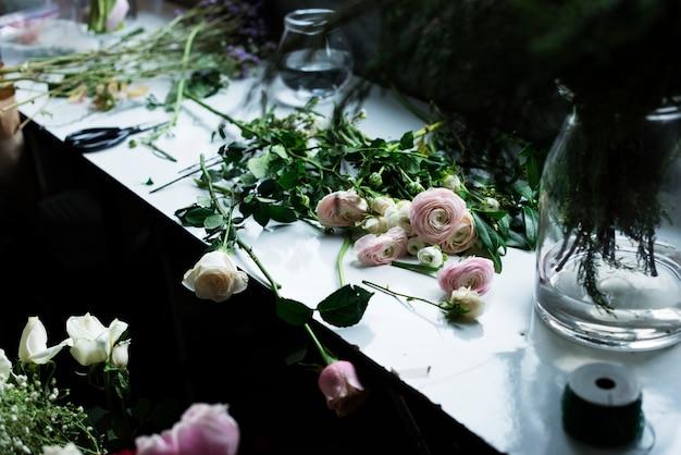 Frische rosen-blumen-anordnung dekorativ