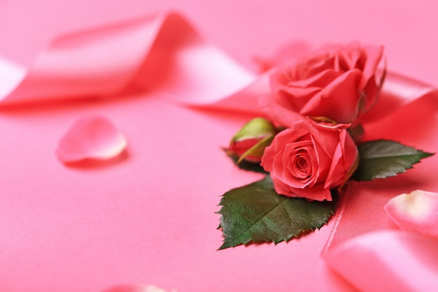 Frische rosen mit band auf rosa