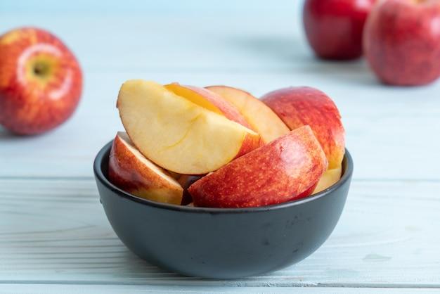 Frische rote äpfel in scheiben geschnitten schüssel