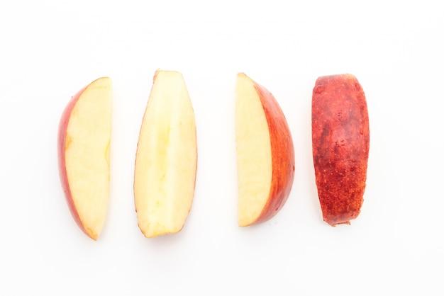 Frische rote äpfel in scheiben geschnitten