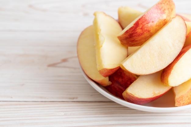 Frische rote äpfel in scheiben geschnittene schüssel