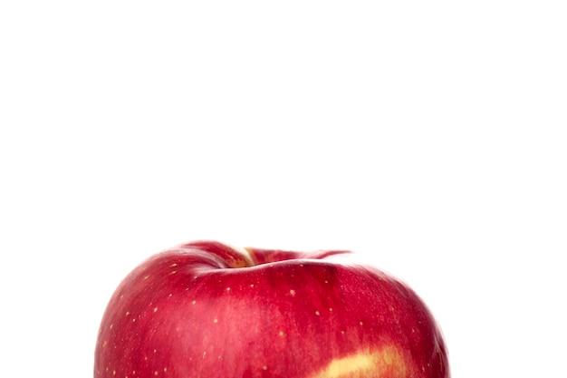Frische rote apfelfrucht lokalisiert auf dem weißen hintergrund