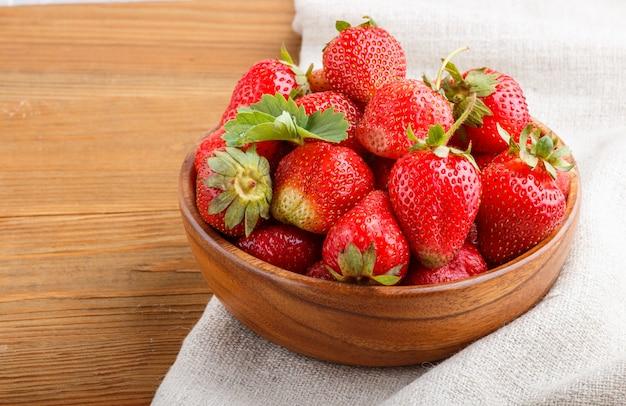 Frische rote erdbeere in der hölzernen schüssel