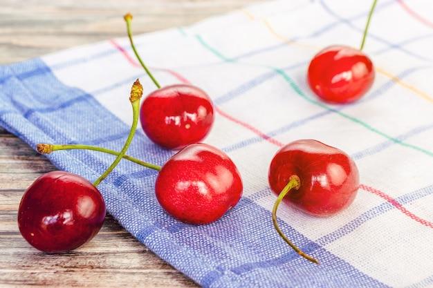 Frische rote kirschen in nahaufnahme auf einer serviette