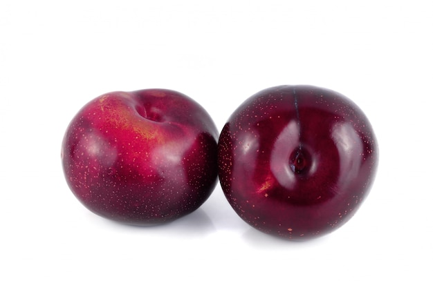 Frische rote kirschpflaumenfrucht getrennt auf weiß