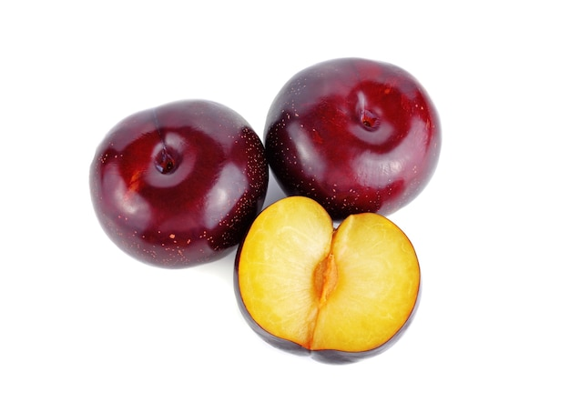 Frische rote kirschpflaumenfrucht lokalisiert auf weißem hintergrund