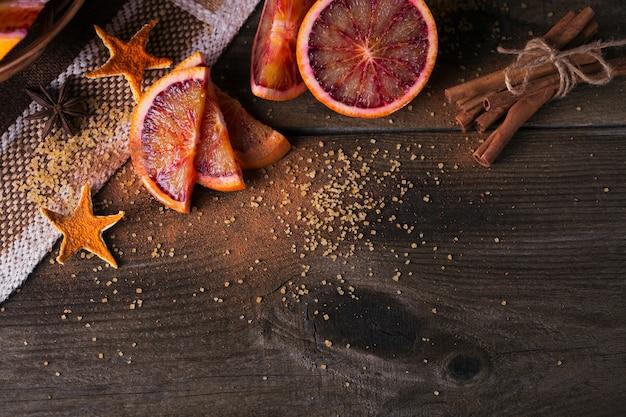 Frische rote orangenfrucht, anis, zimt und brauner zucker
