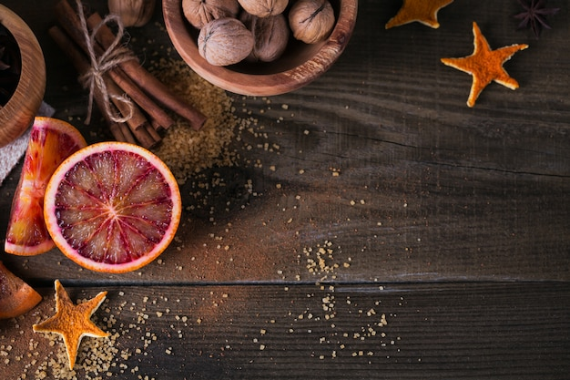 Frische rote orangenfrucht, anis, zimt und walnüsse