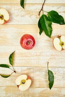 Frische rote reife apfelfrüchte ganz und geschnitten
