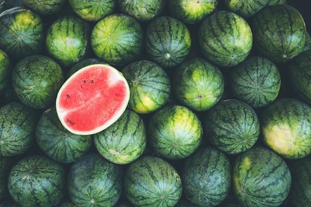 Frische rote scheibenwassermelone auf dem haufen