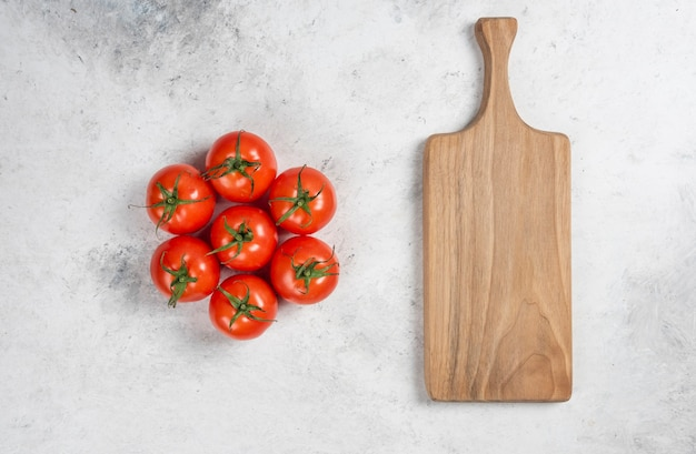 Frische rote tomaten auf einem marmorhintergrund