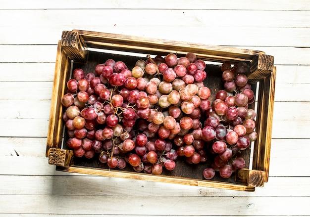 Frische rote trauben in einer box.