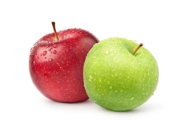 Frische rote und grüne apfelfrüchte mit wassertröpfchen isoliert auf weißer oberfläche
